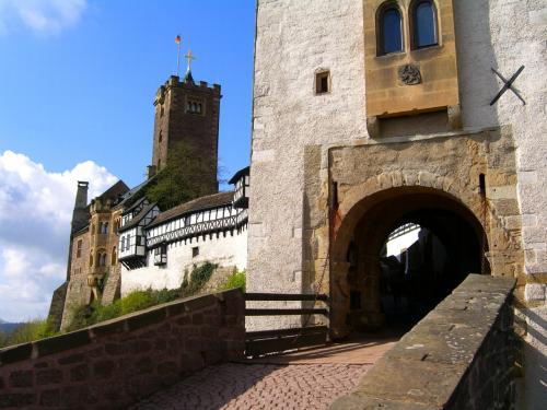 朝食を済ませ、早速、お城へ行きました。<br /><br />このお城はテューリンゲンのルートヴィヒ・デア・シュプリンガー伯爵が1067年に建てたもので、現存している主要部分は1170年に建築されたものだそう。現在、世界遺産に登録されています。<br /><br />こちらはお城の入り口。跳ね上げ橋になっています。<br />このお城に宗教改革者のルターが身を隠し、新約聖書のドイツ語訳を行ったのだそうです。