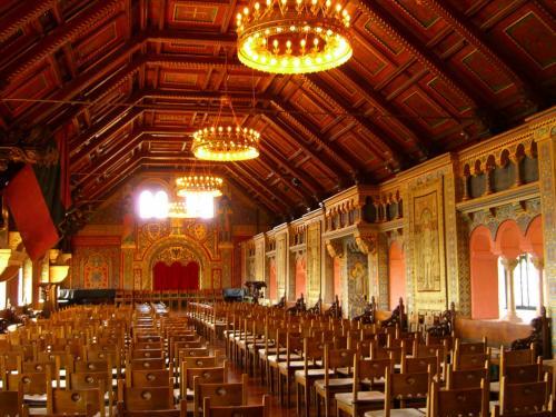 「歌合戦の大広間」<br />なかなか豪華な広間です。中世時代、ここで詩歌を競い合ったのだそう。<br /><br />城内の写真はこれしか撮っていませんでした。このお城の見どころのひとつ「ルターシュトゥーべ」(ルターが1521年から10ヵ月間、聖書の翻訳に従事した部屋)の写真も、なぜかない。撮影禁止ではなかったはずなのに……。<br /><br />城内の他の部屋に比べ、ルターが過ごした部屋は装飾など一切なく、とても質素でした。