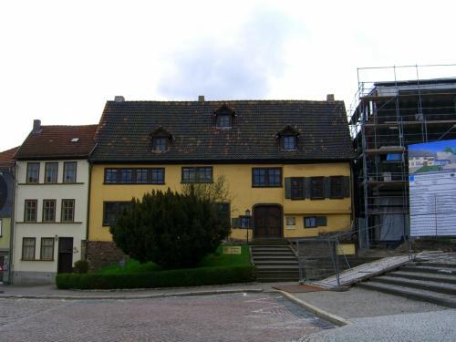 こちらが探し当てたバッハの家。<br /><br />実は、ひとつ気がかりだったことが――ガイドブックによると、バッハの家は新館を建設中で、新館完成後、旧館は2006年3月頃から修復のため閉館予定と書いてあったのです。予定通り新館が完成していたら、バッハの生家は見られないことになってしまいます。でも、ドイツでは物事が予定通り進まないことを学習してきたので、きっとまだ完成していないだろうとふんでいました。とはいっても見るまでは心配でした。でも読みは当たってた〜。どうやら隣りの建設中の建物が新館のようです。この様子だと、完成までにはまだしばらくかかりそう。