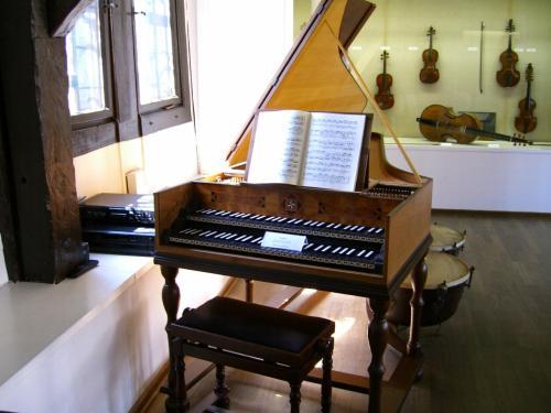 黒い鍵盤のピアノ。奥のウインドーにはバイオリンの展示。たしかバッハが使っていたものだと思いますが、自信なし……。