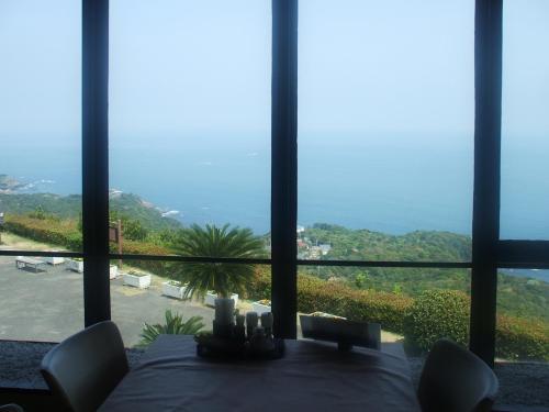 窓側の席に座り、太平洋を眺めながら食事をする。