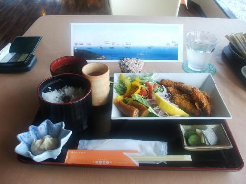 季節限定の「カキフライ膳(写真)」(1630円)を注文する。味はごく普通。