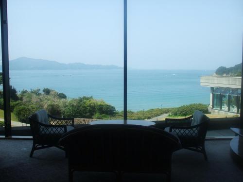 ロビー階の突きあたりは全面ガラス張りの窓(写真)になっており、素晴らしい海が眺められる。