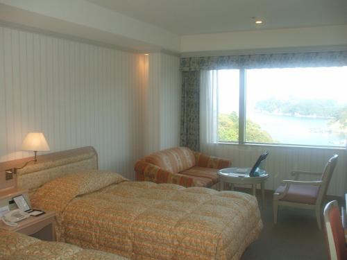 アネックス棟スタンダード(Aタイプ洋室)908号室。部屋の広さは28.9?と、かなり狭い。ルームチャージ(8000円)