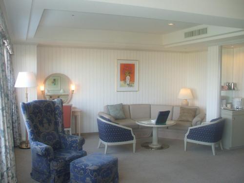 次はアネックス棟ラージ(Eタイプ和洋室)907号室。部屋の広さは60.4?となり申し分ない。リビングスペースの広さと豪華さに驚く。ルームチャージ(13500円)