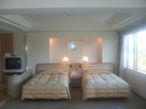907号室のツインベッド。Eタイプの部屋はアネックス棟の中央8階から17階まで、各階に1部屋づつある。