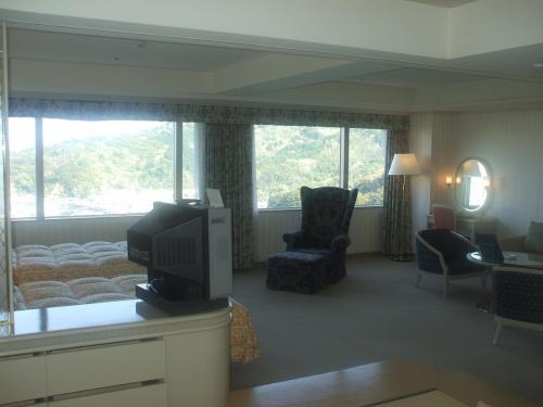 非常に開放感のある907号室のリビングスペース。