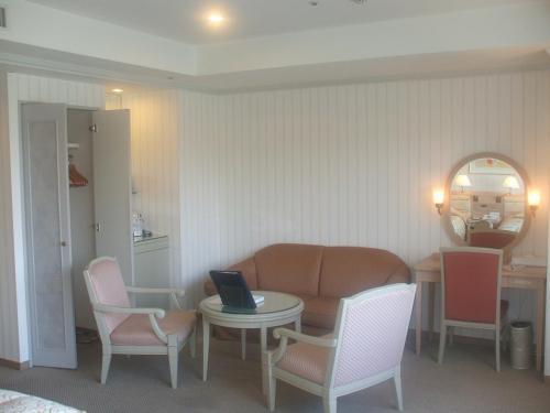 903号室の広々としたリビングスペース。窓からの眺めもよく快適なリゾート滞在が期待できる部屋である。残念ながら私の会員権ではもう泊まれない