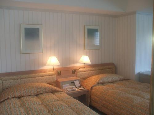 902号室のツインベッド。この部屋はレイアウトが上手にされており、ガラス張りの窓が横に広く開放感がある。実は私はこのタイプ(エクシブ鳥羽アネックスBタイプ)の会員権を所有している。