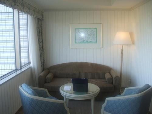 902号室のソファーとテーブルセット。ソファーはセミダブルベッドとして利用可能で、定員3名である。