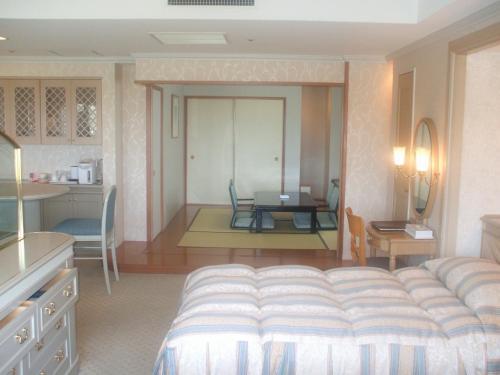 901号室のベッドと和室。室内の装飾が一段とレベルアップしていく。