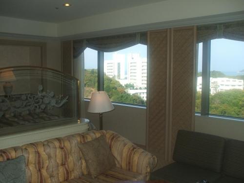 901号室のリビング・ベッドは海側にあり、ジャグジーは山側にある。