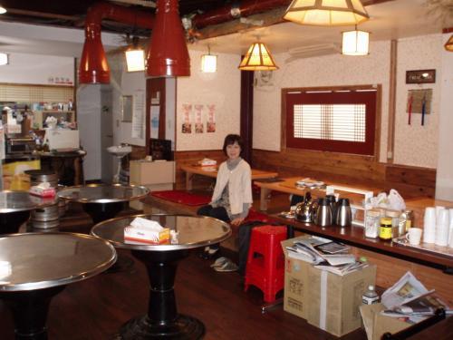 韓国にいるような錯覚を起こす店です。<br />土曜に11時に着いたのでまだ日本語が話せる人がいなくて片言の韓国語と身振り手振りでランチにありつけました。