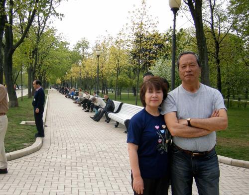 *モスクワ郊外「白鳥の湖」公園*<br /><br />ボリショイ劇場の「白鳥の湖」チケットをインターネットで購入しました。(14列の席:1200ルーブル、チケット引き換えは劇場で)<br />ホームページ:http://www.bolshoi.ru/en/<br /><br />が、残念ながらいろいろあって大幅遅刻し会場にたどり着いたら終わっていました。<br />大劇場は大改修工事中、正面左手の大きな垂れ幕が下がっている「新ボリショイ劇場」が会場ですので注意!