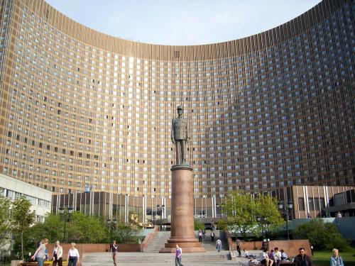 *モスクワ「コスモスホテル」*<br /><br />(銅像はドゴールです。フランスとの合弁ホテルらしい、ソ連時代の圧制を覗かせる悪い趣味。ガードマンも態度が偉そうで腹の立つことばかりでケンカばかりしてきました)<br /><br />ロシア旅行のセキュリティチェックはひどかった。<br />このホテルでもパスポートを強制的に預けさせられた。しかしモスクワは外国人は出歩くときにパスポート携帯を義務付けられているのでナシには外出できない、「2時間後に返す」という。ボリショイ劇場にすぐいかないといけないので交渉して返してもらった。どうやら宿泊客のパスポートをいちいち入力しているようだ、我々はツアー(30人)なので入力するのに2時間待て、ということだったようだ。<br />空港のチェックもひどい。帰途は就航したばかりの、「トランスアエロ航空」ということもあったのか、靴脱いでズボンのベルトもはずしてのチェックが3回もあった!クタクタ。