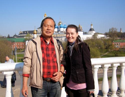 *ウズダリ、モスクワのガイドさんと*<br /><br />背景はウズダリの古い教会。ウズダリは世界遺産でモスクワ郊外にある13-14世紀の古都。<br />広々ノンビリのよいところです。<br /><br />ガイドのマリアさんは大学で日本語を勉強した、穏やかで優しい4歳の娘さんのいるママさん。<br />・・・サンクトのガイドが、熱心だが神経質な男だったのでみんな大喜び。<br />おじさんたちはいつも彼女を取り囲んで歩きました。