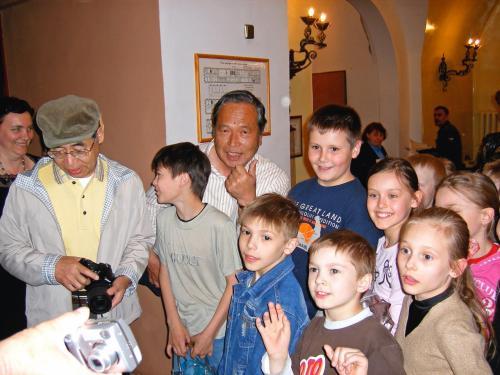 *子供たちと*<br /><br />子供たちもとても可愛らしかったです。<br />ウズダリの博物館にて。