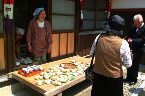 十輪寺<br />おにぎりやみかんやお菓子の他にゆで卵もお接待でがんした。