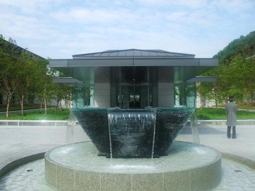 車寄せ中央の噴水。書道の書体に「真・行・草」というのがあるそうで、エクシブ京都にはそれらから命名された3つの庭がある。