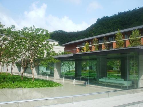 真の庭の中央には総ガラス張りの「プロムナード」があり、ゲストはこの道を通ってロビーに導かれる。