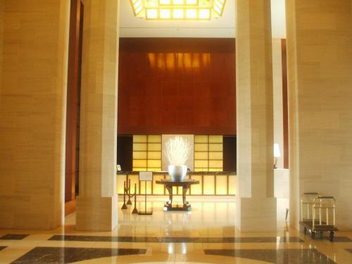 入り口を入ると壮麗なエントランスホールに驚かされる。天井の高さは約9m。つい見上げてしまう。ロビーラウンジに向かって右側に一般のレセプション(写真)があり、左側にオーナーズレセプション(次の写真)がある。