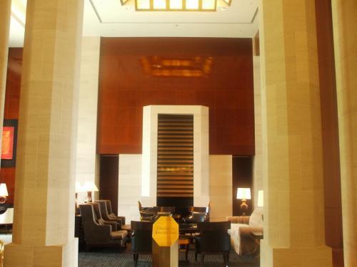しばらくして、このロビーは私が数年前に訪れた「フォーシーズン・ホテル・ニューヨーク」のロビーと非常に似ていることに気が付いた。私の下記の4トラの旅行記に写真があるのでご覧頂きたい。<br />http://4travel.jp/traveler/funasan/album/10170321/