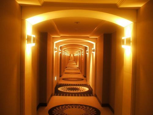 今日の部屋はノースウイング棟6階(最上階)の和洋室646号室。客室の廊下も重厚さがある。