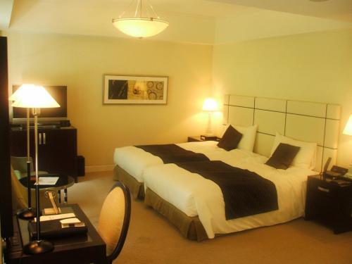 646号室のリビング&ベッド。非常に洗練された客室で、入った瞬間、嬉しくなる。ルームチャージ12000円の部屋なので、大人4人で泊まれば1人あたり3000円になる。私は1人での宿泊なので12000円。実にもったいない。