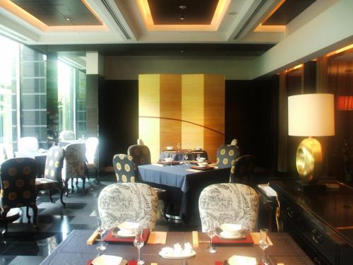 5月12日(月)チェックインしてすぐに、中国レストラン「翆陽」にランチを食べに行く。店内(写真)は黒を基調とした重厚な雰囲気があり、ゴールドが光る。