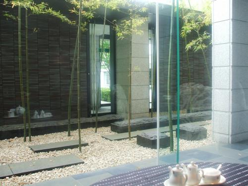 大きなガラス窓の外には竹が等間隔に植えられており、窓側の席(写真)に着く。