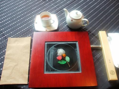 飾り器を取り去ると、ガラスに入った芸術的台座(?)が現れる。食べる前から見て楽しませてくれる。
