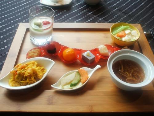 竹のお膳に前菜やスープなどを並べた飲茶セット(写真)がはじめに出てきた。<br /><br />