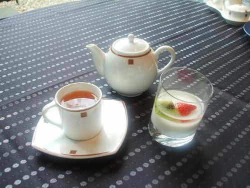 最後にデザート(写真)とお茶。これは飲茶セットにはじめからあったものであるが、最後に味わってみた。全品とも繊細でおいしかったのであるが、値段の割にはボリューム不足と感じた。