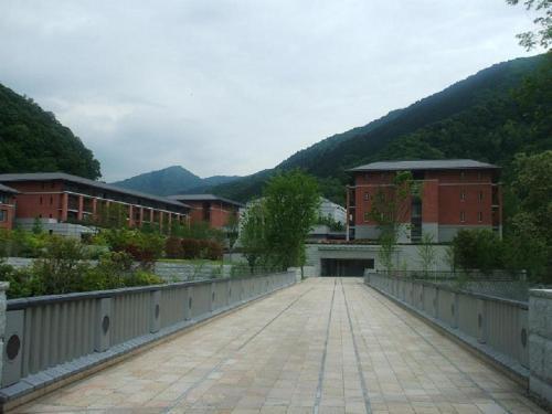 翌日の朝、7:30に日本料理レストラン「京都華暦」に朝食を食べに行く。写真:「きららばし」から見たエクシブ京都全景