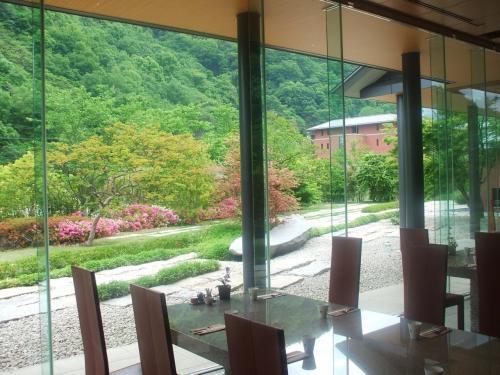 テーブル席の周りは床から天井まで全面ガラス張り(写真)になっており、非常に開放感がある。