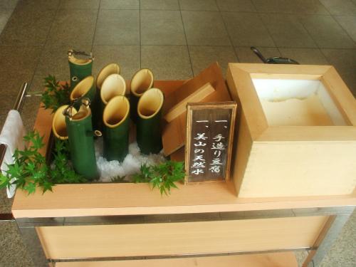 朝食は1種類のみで「和朝食膳」(2100円、税込・サ別)最初にウエイターが「美山の天然水」と「手造豆腐」を出してくれる。