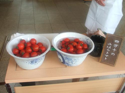 途中、四万十のトマト(写真)がサービスされる。大きな岩塩をすり下ろし、半分に切ったトマトに降りかける。