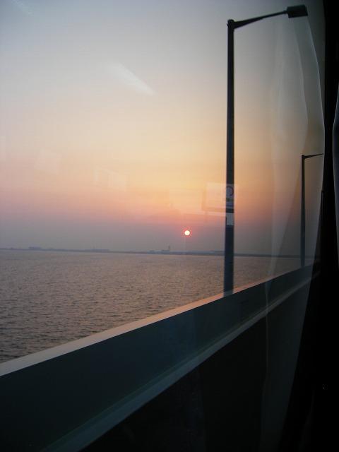 ちょうどいい時間に羽田→関空便がなかったので、羽田→伊丹に飛び、伊丹からバスで関空に向かいます。<br />あーめんどくさい。<br />でも、関空への橋の上からきれいな夕日が見れました。<br />