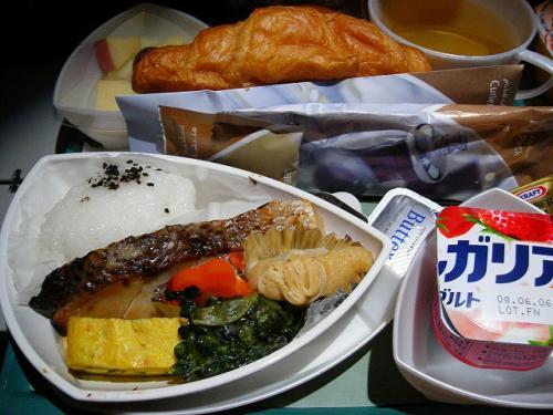 着陸前の朝食。<br /><br />「西京味噌風味の焼きナイルアカメ」<br />ナイルアカメって言うのは、ナイルパーチのことです。<br /><br />エミレーツ航空、ご飯は結構美味しいし、機材も新しく、エンターテイメントシステムも充実していて、良いんですが…<br />エコノミークラスのシートの座面が高くて(足が床につかないくらい)それが、すごく疲れるんですよね…。<br />足が落ち着かなくてあまり眠れず、到着する頃には足がむくんでパンパン。靴が入らない〜(+ヘ+)