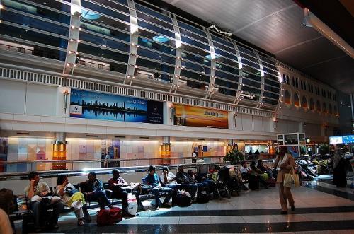 ドバイ空港。<br /><br />結構趣味悪い感じ。<br />ギラギラしてたり、でっかいUFOみたいなのが天井にくっついてたり。<br />それで、トランジットの人とかがそこら辺にゴロゴロ寝転がってたりします。<br />まさに、人種のるつぼ。<br />アフリカのすごく華やかな民族衣装を着た人とか、人間ウォッチングもおもしろいです。<br />