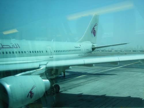 QR101に搭乗  ・▽・´)ノ イッテキマース<br /><br />ドバイ11:30発の便なんですが、なぜか10:45くらいからもう搭乗開始。<br />出発の45分も前から搭乗って、どんだけ早いの?<br />待ちくたびれてた私達には嬉しいかぎりでしたが。<br /><br />初めてカタール航空の飛行機に乗ります。<br />それも予想外に。
