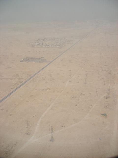目が覚めたら、もうすぐ着陸。<br /><br />びっくりするぐらいの砂漠っぷりw(゚o゚)w