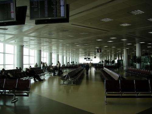 ドーハの空港。<br /><br />ボーディングブリッジが全然ないみたい。<br />全て沖止め…ターミナル⇔飛行機はバスで移動でした。<br /><br />カタール航空って関空便も飛んでるし、もっと大きな空港を想像していたんですが、なんか空港っぽくないところ。フェリーとかバスのターミナルみたい。