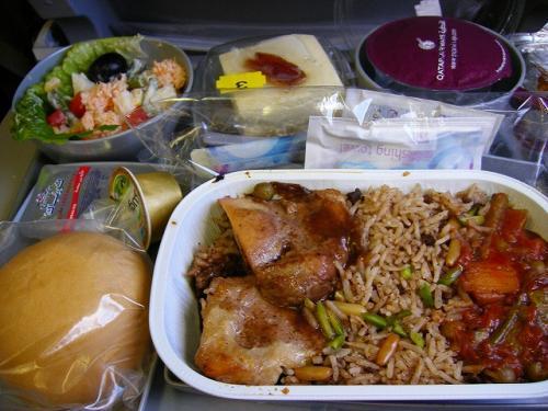 カタール航空、ドーハ→アンマン便での機内食。<br /><br />チキン or ラム で、チキンをチョイス。<br />ちょっとスパイシーなチキン、ピラフとラタトゥイユ。<br />味はまぁまぁ。<br /><br />食事配るの遅いし、飲物配り忘れられたりして、サービス的にはいまいちかも、と思いました。<br />まぁ、こんなもんか…「(゚ペ)