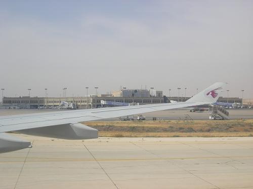 当初の予定(エミレーツの便に乗れていた場合と比べて)よりも、約6時間遅れましたが、無事アンマンに着陸〜(´∀`人)<br />超オンタイム志向のカタール航空だけに、それでも30分以上早く着きましたけど(笑)<br /><br />事前に「ヨルダンはビザが必要。日本のヨルダン大使館で取得するか、到着時に空港で取得する。」と聞いていたのですが、ビザカウンターに行ってみたら、あっさり「日本人はいらないよ。」とのこと。<br />入国審査も速攻クリア。<br /><br />私は日本で時間がなかったので、ビザ取得していなかったのですが、わざわざ日本でビザを取得していた同行者ATさんは憤慨してました。<br />「何の為に交通費かけてヨルダン大使館くんだりまで足を運んだわけ?!」<br />そのお怒りはごもっともでございます…。