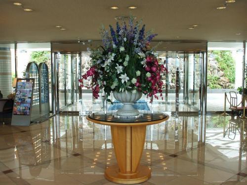 玄関のドアを入るとピカピカに磨かれた床と大きな花の飾りで出迎えられる。
