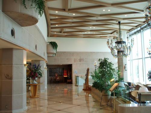 エントランスホールからラウンジ「シーガル」(写真右)にかけて、天井が高くて開放感がある。