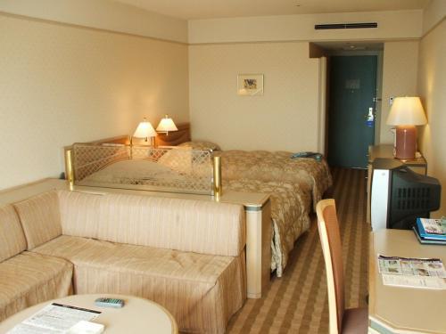 客室はリクエスト通り、最上階7階の716号室。エクシブ白浜では一番狭いAグレードの洋室(定員4名)である。