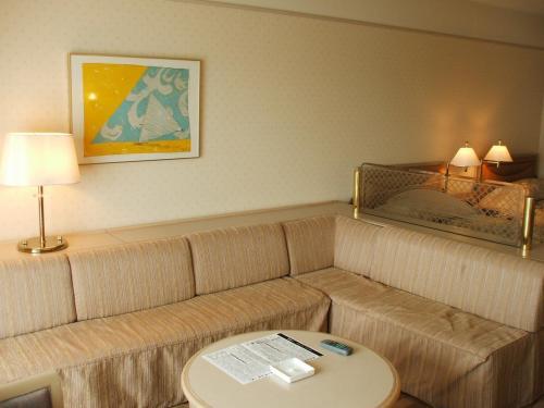 窓側に置かれた大きなソファーはベッドになる。客室専有面積は約34?、バルコニー面積は約5?、合計約39?ある。