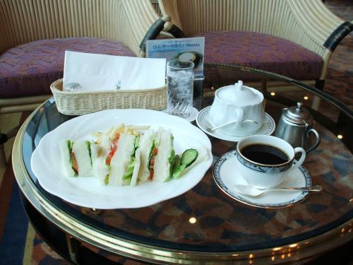 シーガルでは軽食ながら昼食(12:00〜13:30)や夕食(20:30〜21:30)も取れる。写真は野菜サンドイッチ(840円、税込)、コーヒーはオーナーカード利用。